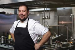 szef kuchni pojęcia karmowa świeża kuchni oleju oliwka nad dolewania restauraci sałatką Kucharza młodzi stojaki w kuchni Obrazy Stock