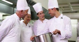 Szef kuchni pokazuje kolegom zawartość wielki garnek zdjęcie wideo