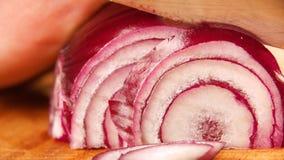 Szef kuchni pokrajać cebuli Nóż, tnąca deska ciąć warzywa ręka kucharz zbiory wideo