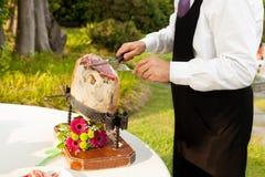 Szef kuchni pokrajać surowego baleron Zdjęcia Stock