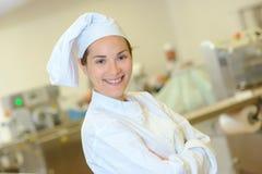 Szef kuchni pozuje inside kuchnię zdjęcie royalty free