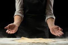 Szef kuchni pracuje z ciastem, przygotowywa pizzy ciasto zdjęcia royalty free