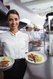Szef kuchni przedstawia jego jedzenie talerze Obrazy Stock