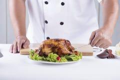 Szef kuchni przedstawiający Piec na grillu indyk Zdjęcie Royalty Free