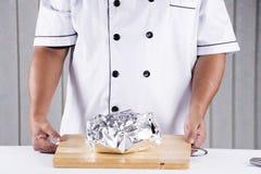 Szef kuchni przedstawiający pieczony kurczak Obraz Stock