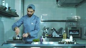 Szef kuchni przeszkadza solić warzywa w niecce zbiory