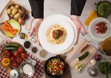 Szef kuchni przy praca kulinarnym makaronem Zdjęcia Royalty Free