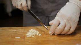 Szef kuchni przy restauracją ciie czosnku na drewnianej desce zbiory wideo