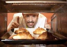 Szef kuchni przygotowywa croissant w piekarniku Obraz Royalty Free