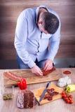 Szef kuchni przygotowywa drewnianego talerza Fotografia Stock