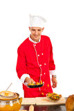 Szef kuchni przygotowywa makaron w niecce obrazy stock