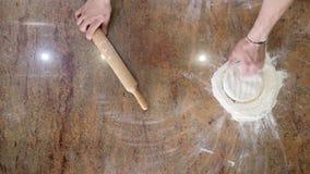 Szef kuchni przygotowywa pizzę Pizzy miejsce karmowa ilustracyjna kuchenna przygotowania wektoru kobieta szef kuchni dobrzy pizzy Obraz Stock