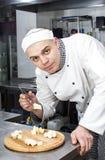 Szef kuchni przygotowywa posiłek Obrazy Stock
