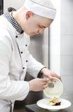 Szef kuchni przygotowywa posiłek Zdjęcia Royalty Free