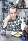 Szef kuchni przygotowywa posiłek Obrazy Royalty Free