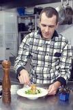 Szef kuchni przygotowywa posiłek Zdjęcie Royalty Free