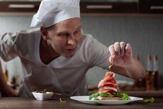 Szef kuchni przygotowywa przek?sk? z mozzarell? i uw?dzonym mi?sem obrazy stock