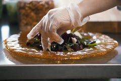 Szef kuchni przygotowywa sałatki w kuchni restauracja, zamyka up fotografia royalty free