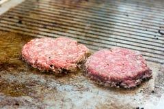 Szef kuchni przygotowywa smakowitych hamburgery przy plenerowym stojakiem Obraz Royalty Free