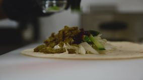 Szef kuchni przygotowywa tortilla z bliska zbiory wideo