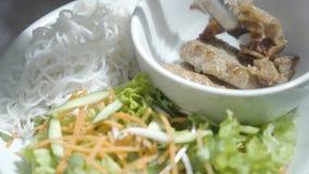 Szef kuchni ręka stawia smażących mięsnych pobliskich cutlets w puchar pozycji na półkowej pobliskiej witaminy sałatce marchewka  zbiory