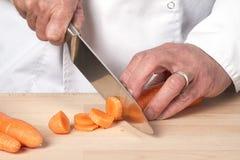 Szef kuchni ręki sieka marchewki Obrazy Stock