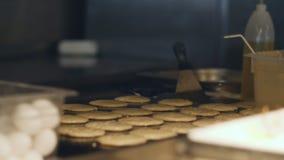 Szef kuchni robi blinom dla śniadania przy bufet restauracją Proces robić blinowi na wielkim piekarniku zbiory