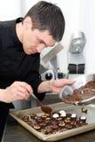szef kuchni robi cukierkom obrazy stock