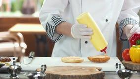 Szef kuchni robi hamburgerowi zdjęcie wideo