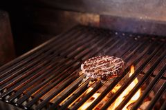 Szef kuchni robi hamburgerowi deskowej babeczki kulinarny tnący świeży hamburgeru mięso minced drewnianego surowego warzywa Wołow zdjęcia royalty free