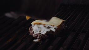 Szef kuchni robi hamburgerowi Obsługuje stawia ser na hamburgerach i topi je na kuchence zdjęcie wideo