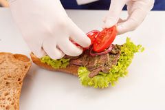 Szef kuchni robi kanapkom zdjęcie royalty free