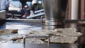 Szef kuchni robi mnóstwo tradycyjnemu Indiańskiemu jedzeniu dzwonił «Roti Canai « 4K zdjęcie wideo