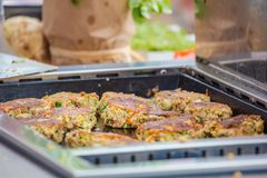 Szef kuchni robi Vegitabeles ochraniaczom dla weganinu hamburgeru obrazy royalty free