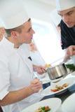 Szef kuchni słucha młody kulinarny aplikant Obrazy Royalty Free