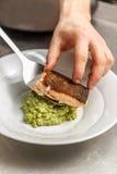 Szef kuchni słuzyć piec na grillu łososia zdjęcie royalty free