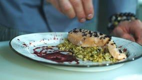Szef kuchni słuzyć rybich naczynia zdjęcie wideo