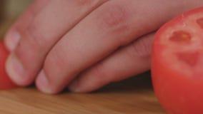 Szef kuchni sieka warzywo pomidory a i minces przed gotować zbiory