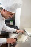 Szef kuchni stacza się ciasto zdjęcie stock