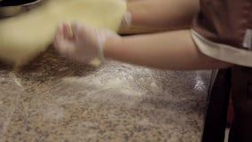 Szef kuchni stacza się ciasto warstwę na drewnianej desce w przemysłowej kuchni zdjęcie wideo