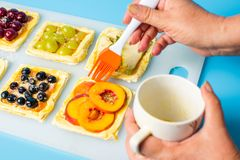 Szef kuchni stosuje jajko na owocowym słodkim kulebiaku Obrazy Royalty Free