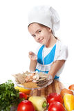 Szef kuchni szczęśliwy mały kucharz oferuje z pikantność talerza Zdjęcia Stock