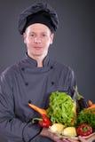 Szef kuchni trzyma kosz wyśmienicie świezi warzywa Obrazy Stock