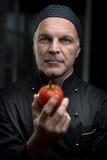 Szef kuchni trzyma pomidoru fotografia royalty free