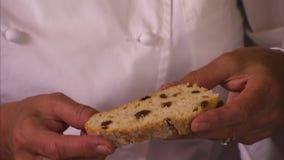 Szef kuchni trzyma rodzynka chleb zbiory wideo