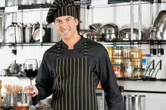 Szef kuchni Trzyma szkło czerwone wino Fotografia Royalty Free