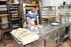 Szef kuchni tworzy ciasto przygotowywać chleb po to, aby Zdjęcie Royalty Free