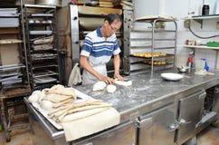 Szef kuchni tworzy ciasto przygotowywać chleb po to, aby Zdjęcie Stock