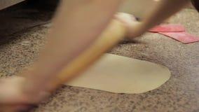 Szef kuchni Ugniata ciasto z rękami, toczna szpilka, zwroty ja nad rolkami duff zbiory wideo