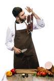 Szef kuchni wącha salami Zdjęcie Royalty Free